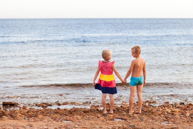 Zwei Kinder auf dem Strand lizenzfreie stockbilder