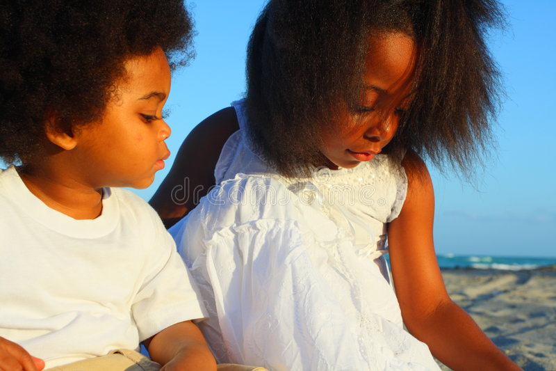 Zwei Kinder, die auf dem Sand spielen lizenzfreies stockfoto