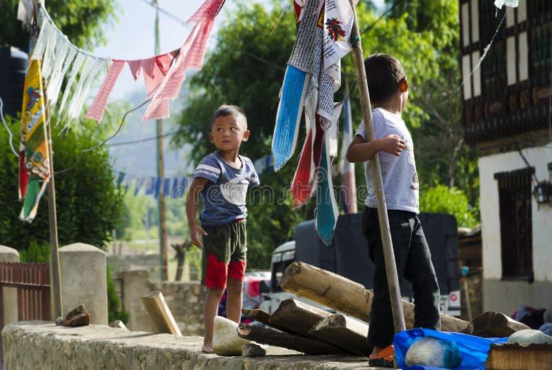 Zwei Kinder, die in der Landseite spielen stockbilder