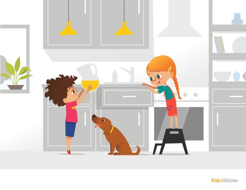 Zwei Kinder, die ihren eigenen Frühstück Jungen hält Pitcher mit Orangensaft, Mädchenöffnungsküchenkasten und lustigem Hund koche vektor abbildung