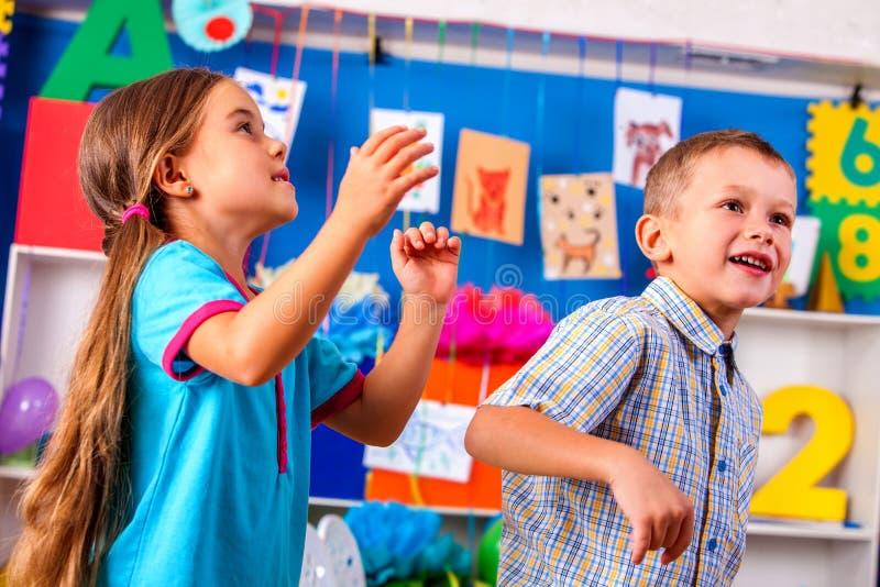 Zwei Kinder, die im Kindergarten spielen lizenzfreie stockfotos