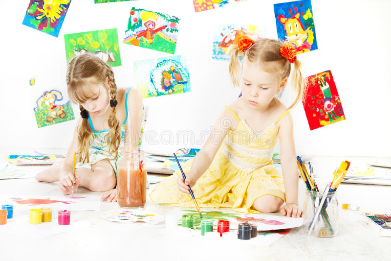 Zwei Kinder, die mit Farbbürste zeichnen. kreativ childdren lizenzfreie stockbilder