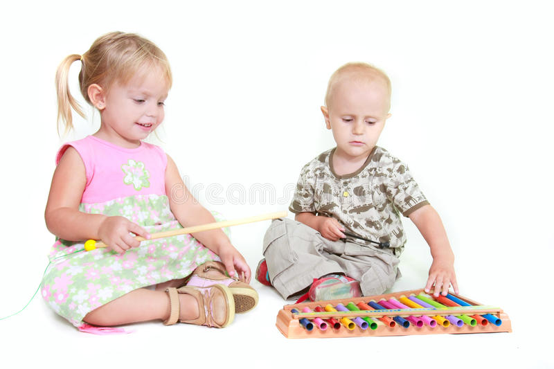Zwei Kinder, die Musikklavier spielen lizenzfreies stockfoto