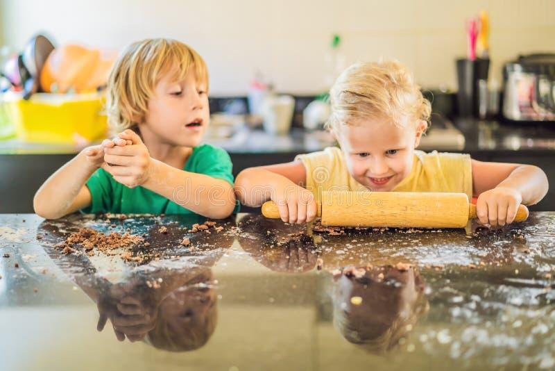 Zwei Kinder ein Junge und ein M?dchen Pl?tzchen vom Teig machen lizenzfreie stockbilder