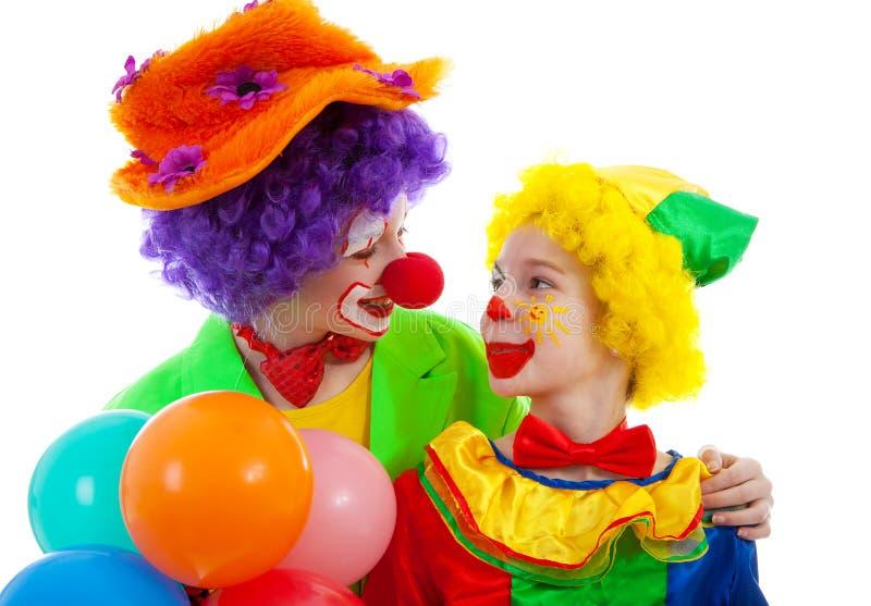 Zwei Kinder gekleidet als bunter lustiger Clown lizenzfreies stockfoto