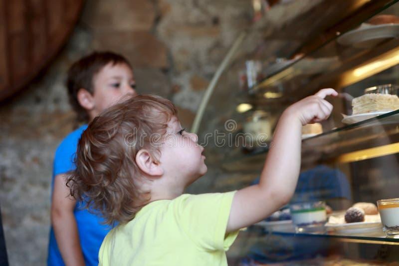 Zwei Kinder im kulinarischen Shop lizenzfreie stockbilder