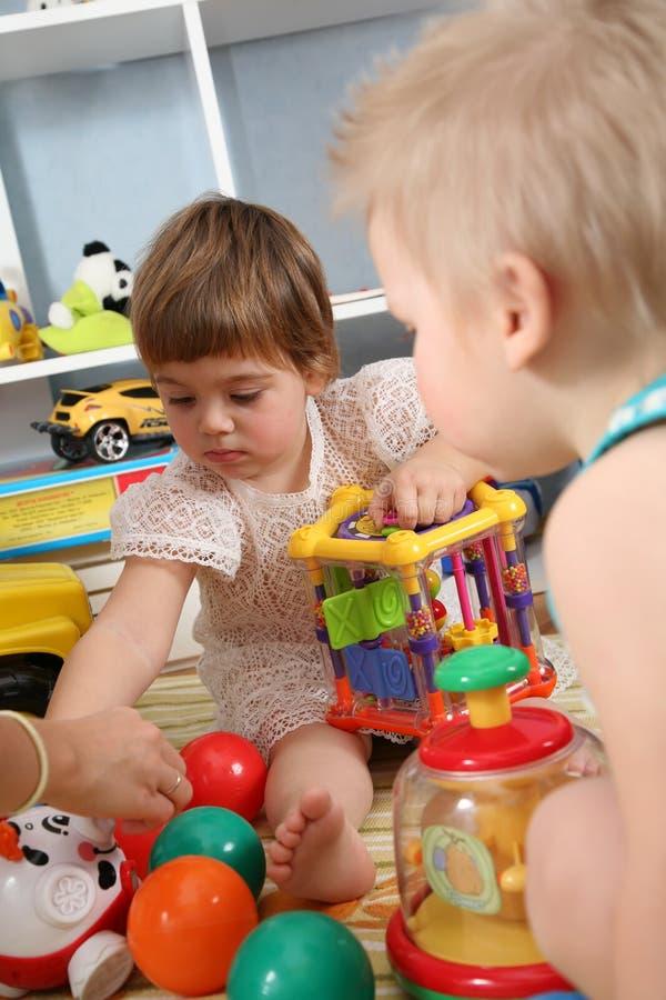 Zwei Kinder im Spielzimmer lizenzfreie stockbilder
