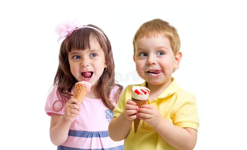 Zwei Kinder Mädchen und Junge, welche die Eiscreme lokalisiert auf Weiß isst stockfotografie