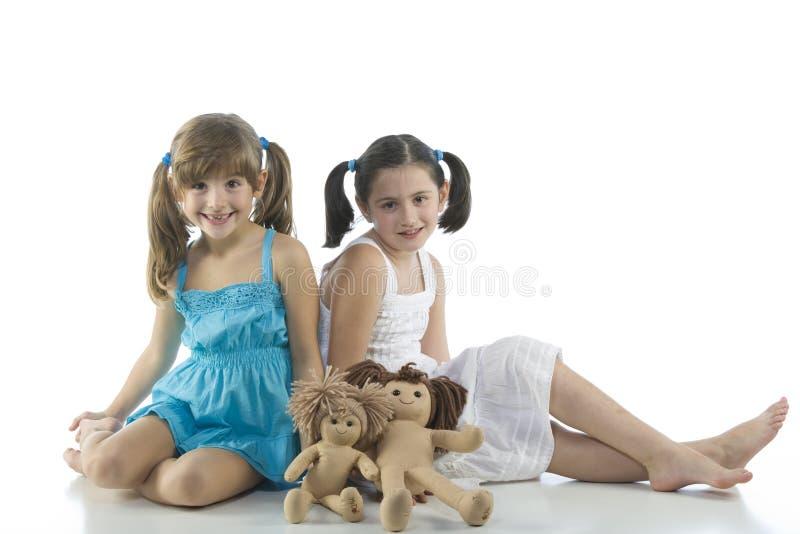 Zwei Kinder mit ihren Lieblingspuppen stockfotos