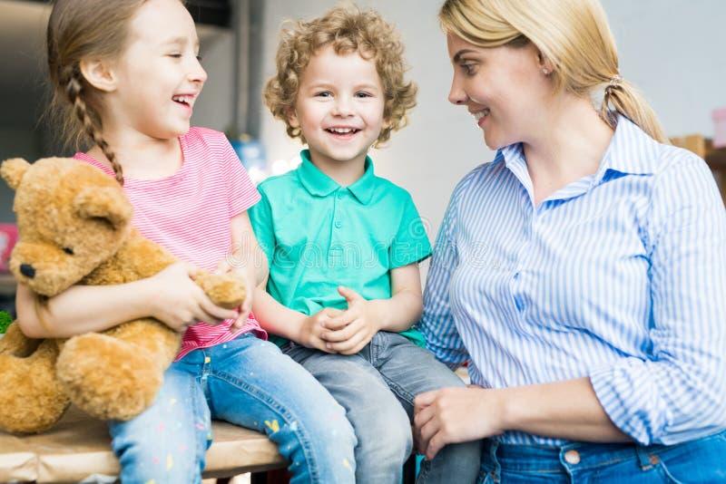 Zwei Kinder mit junger Mutter stockfotos