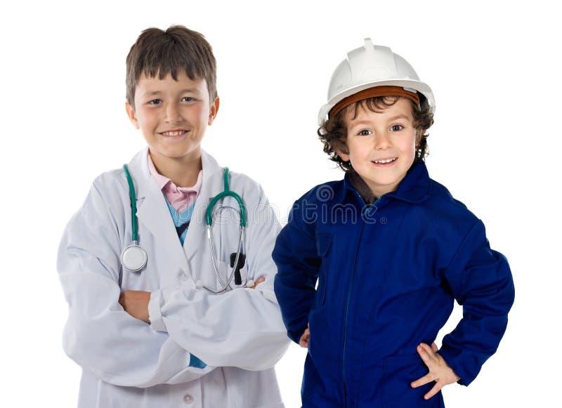 Zwei Kinder mit Kleidung der Arbeitskräfte lizenzfreie stockfotografie