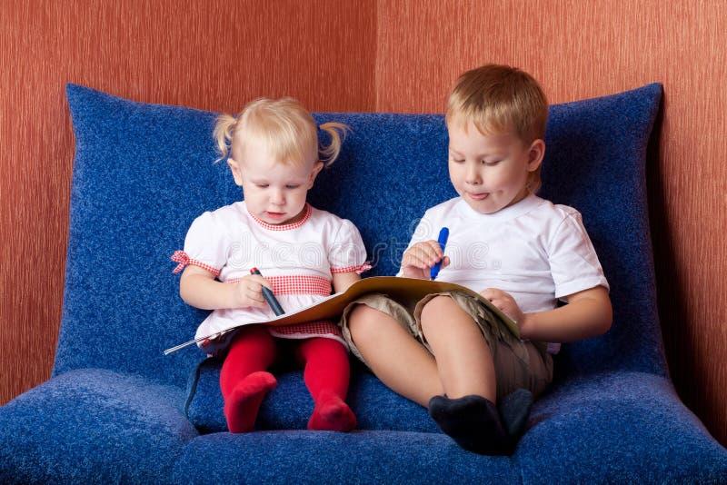 Zwei Kinderzeichnen lizenzfreie stockfotos