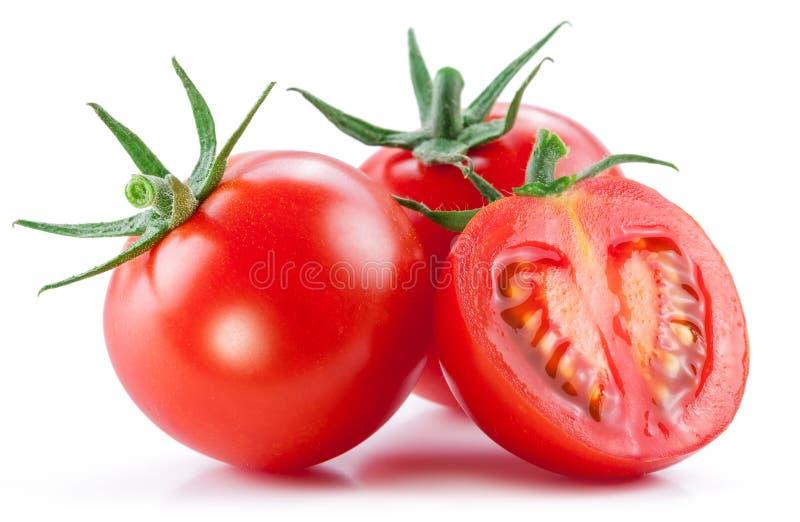 Zwei Kirschtomaten und ein Querschnitt der Tomate Weißes backgro lizenzfreie stockbilder