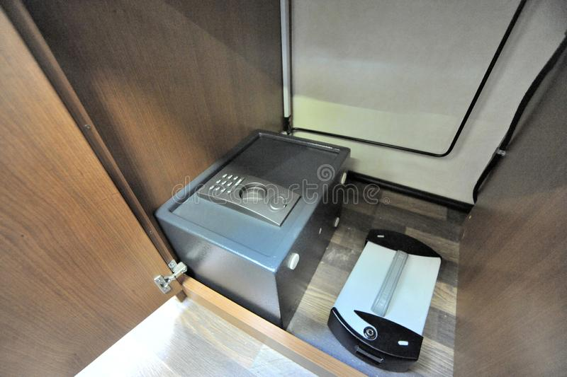 Zwei kleine eingebaute Safes auf Boden von RV lizenzfreie stockfotografie