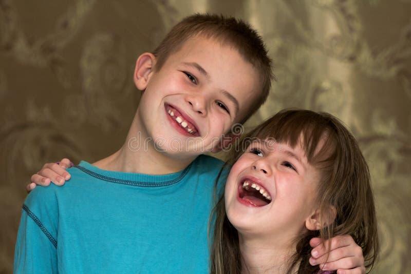 Zwei kleine Kinder Bruder und Schwester zusammen Mädchen, das BO umarmt lizenzfreie stockbilder