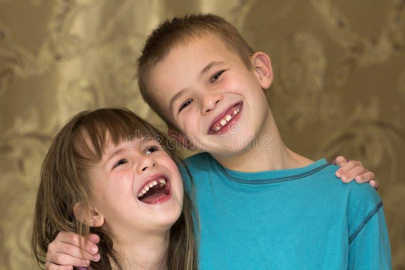 Zwei kleine Kinder Bruder und Schwester zusammen Mädchen, das Jungen umarmt Familienbeziehungskonzept lizenzfreie stockbilder