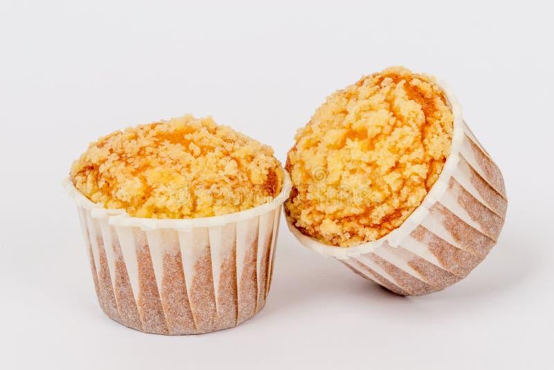 Zwei kleine Kuchen auf einem weißen Hintergrund unter einem zarten Lendenstück stockbilder