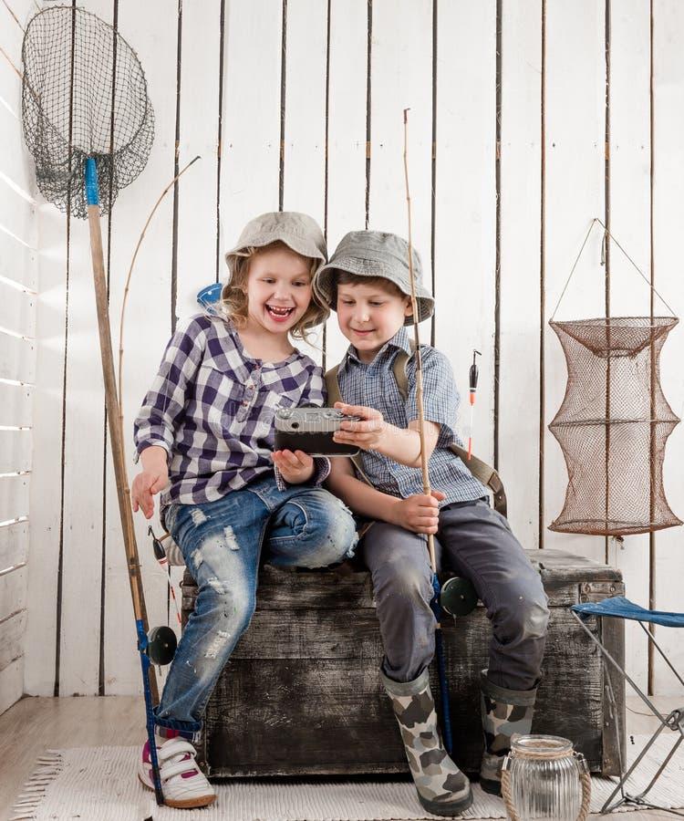 Zwei kleine lächelnde Kinder, die selfie machen stockbilder
