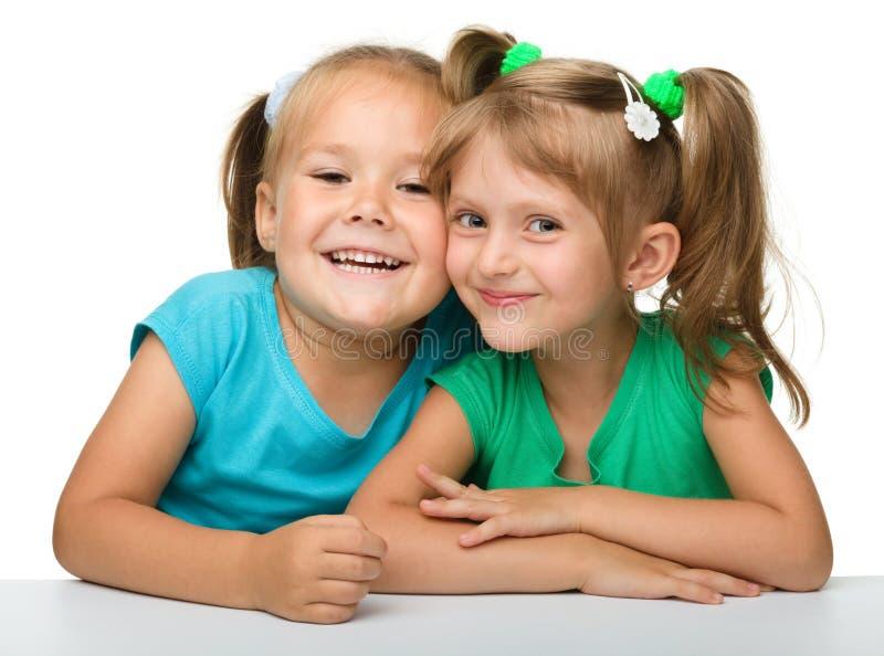 Zwei kleine Mädchen - beste Freunde lizenzfreies stockbild