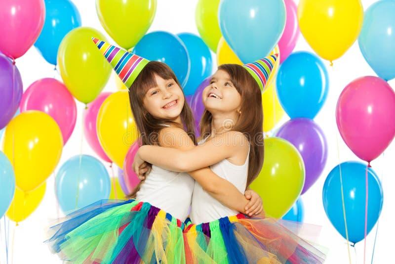 Zwei kleine Mädchen an der Geburtstagsfeier stockbild