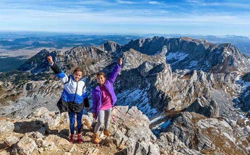 Zwei kleine Mädchen, die auf den Bergen im Nationalpark Durmit wandern lizenzfreie stockfotografie