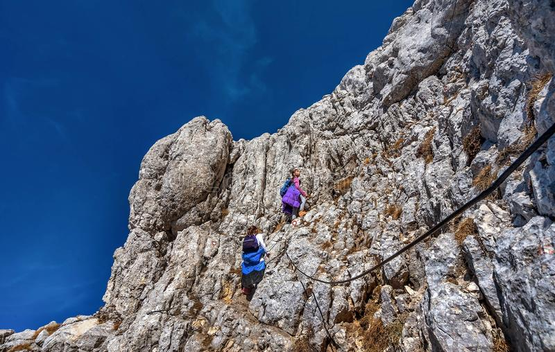 Zwei kleine Mädchen, die auf den Bergen im Nationalpark Durmit wandern stockfotos
