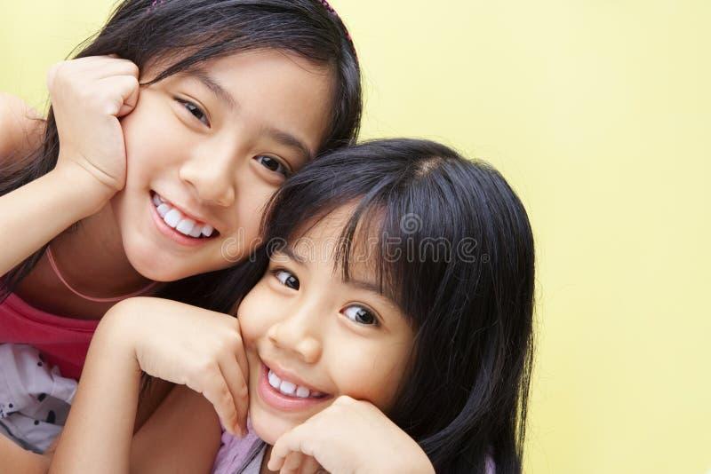 Zwei kleine Mädchen, die zur Kamera aufwerfen lizenzfreies stockbild
