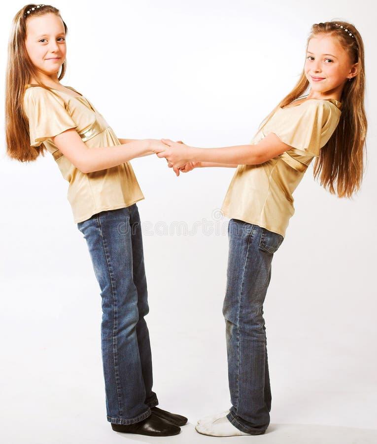Zwei kleine M?dchen, die sich umarmen lizenzfreies stockfoto