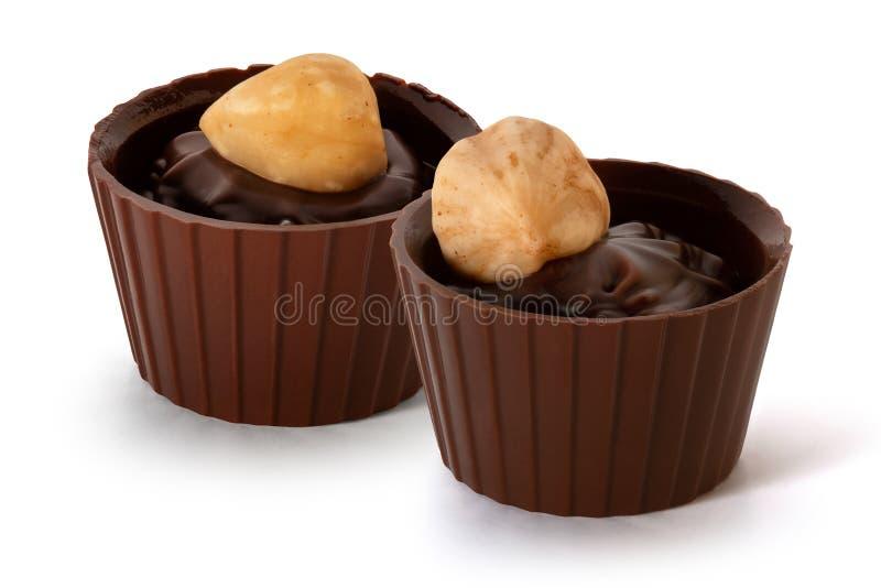 Zwei kleine Schokoladenkörbe mit Sahne und Nuss lizenzfreies stockfoto