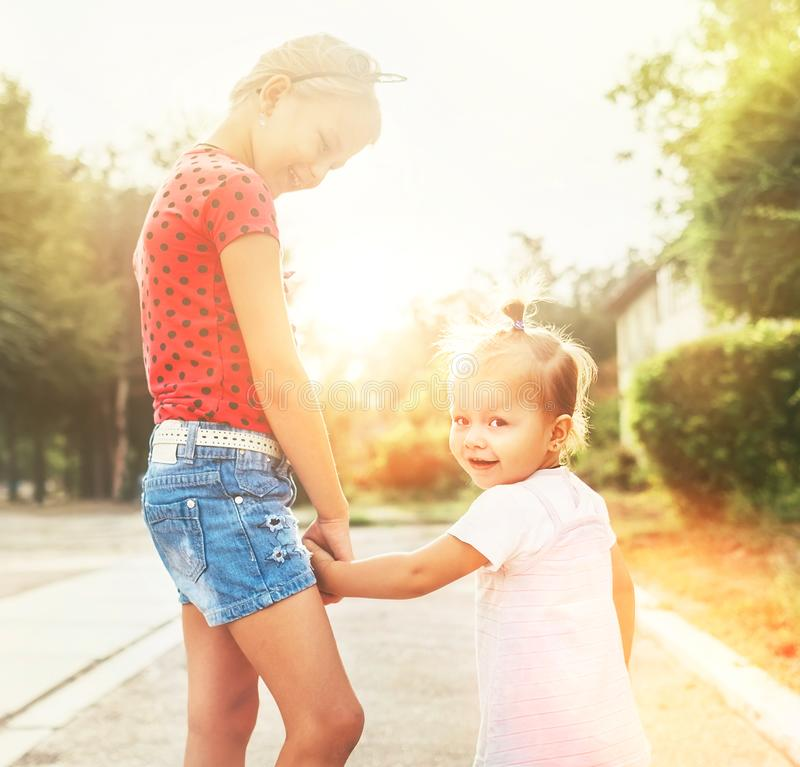 Zwei kleine Schwestern gehen zusammen lizenzfreies stockfoto
