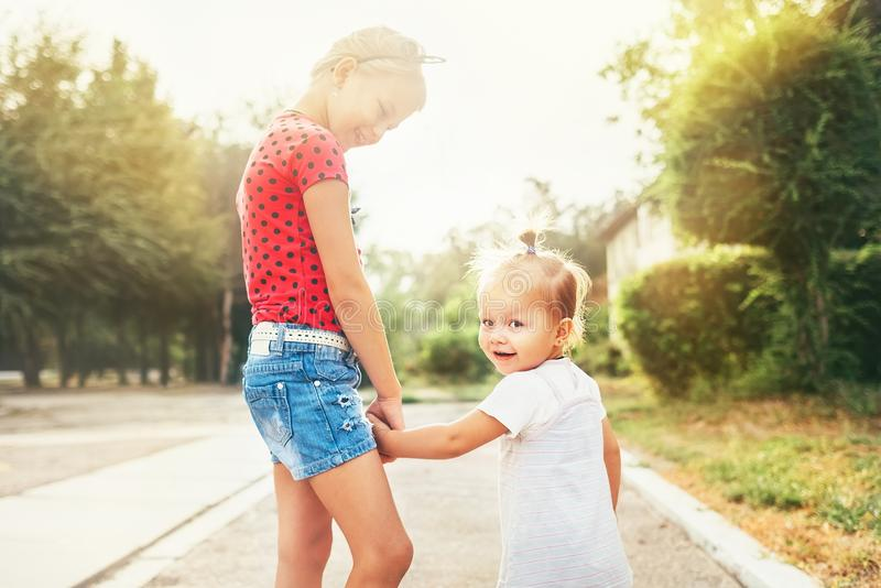 Zwei kleine Schwestern gehen zusammen lizenzfreie stockbilder