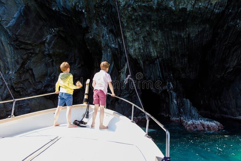 Zwei Kleinkindjungen, die besten Freunde, die Segelboot genie?en, l?sen aus Familienurlaube auf Ozean oder Meer am sonnigen Tag K stockfoto