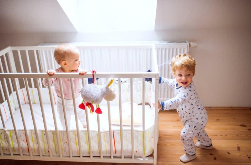 Zwei Kleinkindkinder im Schlafzimmer zu Hause stockbild