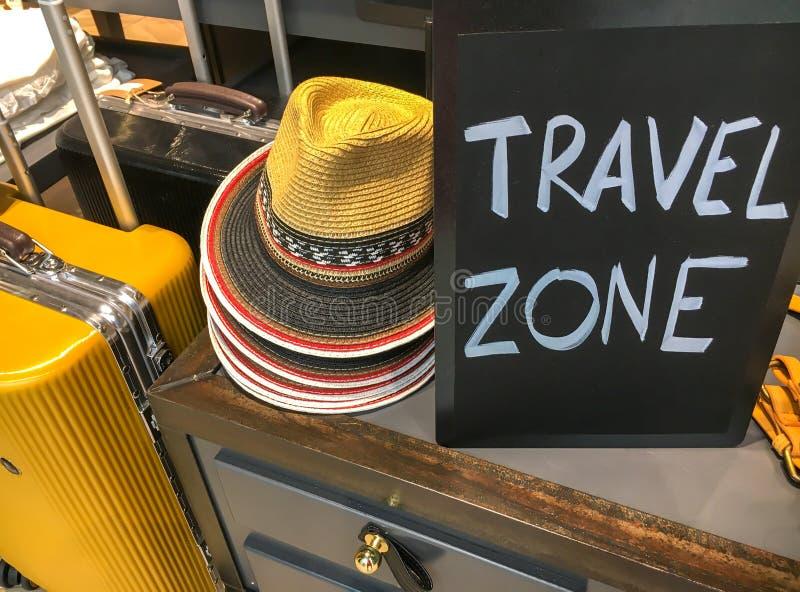 Zwei Koffer, Hüte und Platte mit Text ` REISE TEILEN ` in Zonen auf stockbild