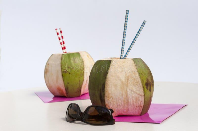 Zwei Kokosnüsse Whit stwaws lizenzfreies stockbild