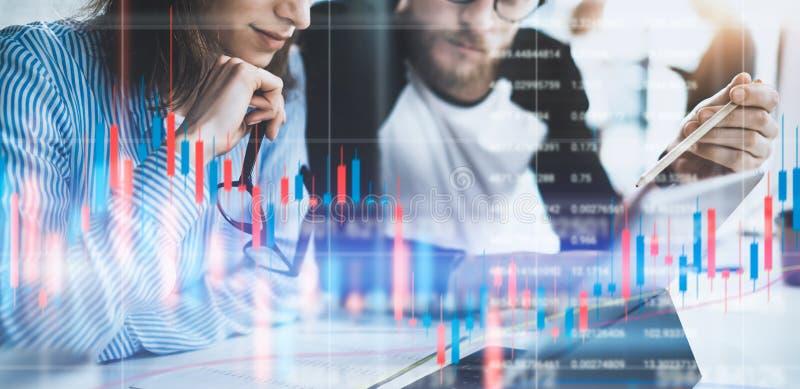 Zwei Kollegen, die vordere Laptop-Computer mit Finanzdiagrammen und Statistiken auf Monitor sitzen Doppelte Ber?hrung stockfotos