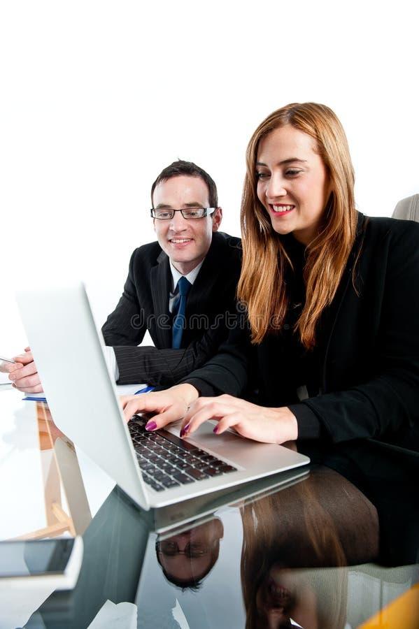 Zwei Kollegen, die zusammen an einer Laptop-Computer arbeiten stockfotos