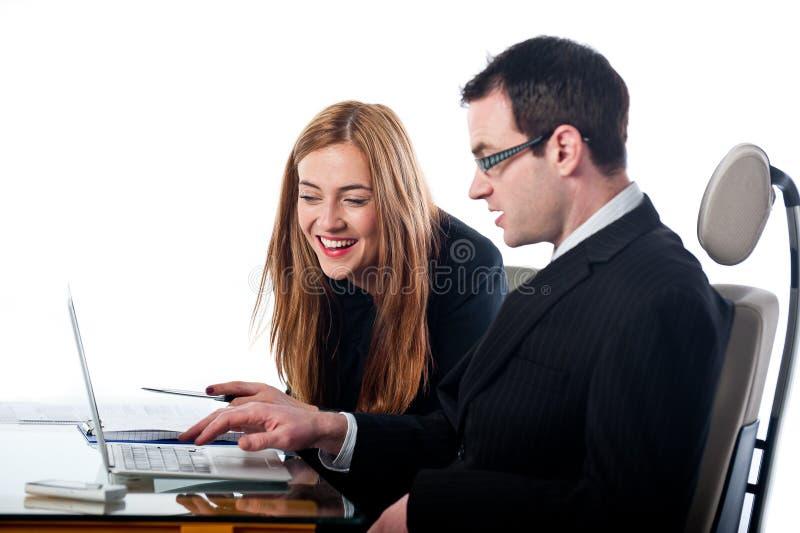 Zwei Kollegen, die zusammen an einer Laptop-Computer arbeiten stockbild