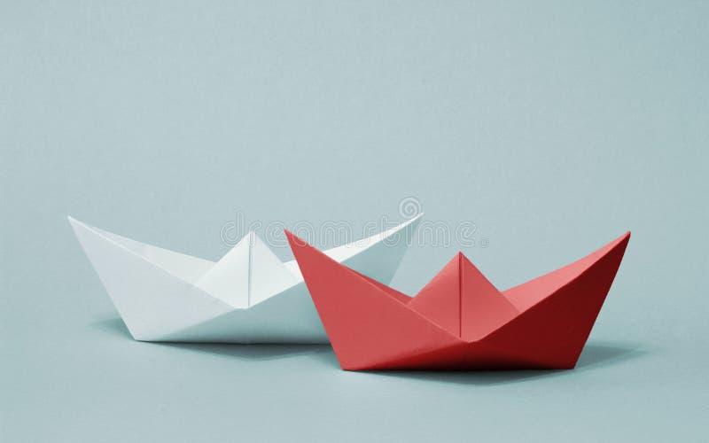 Zwei konkurrierende Papierboote lizenzfreies stockbild