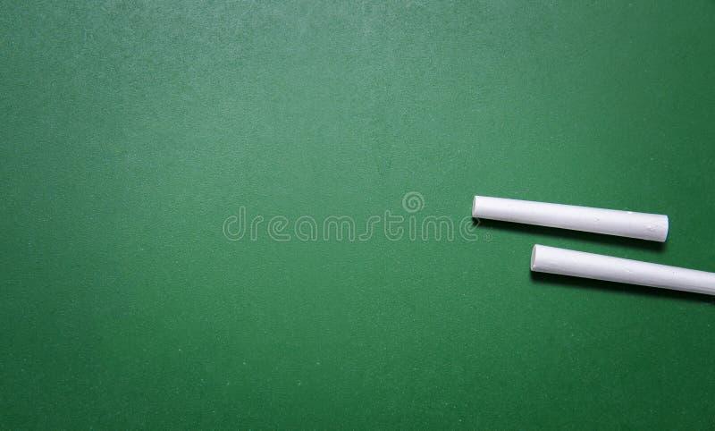 Zwei Kreiden auf Tafel stockfoto