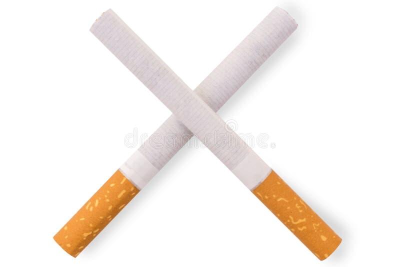 Zwei kreuzten Zigaretten vor weißem Hintergrund stockfoto