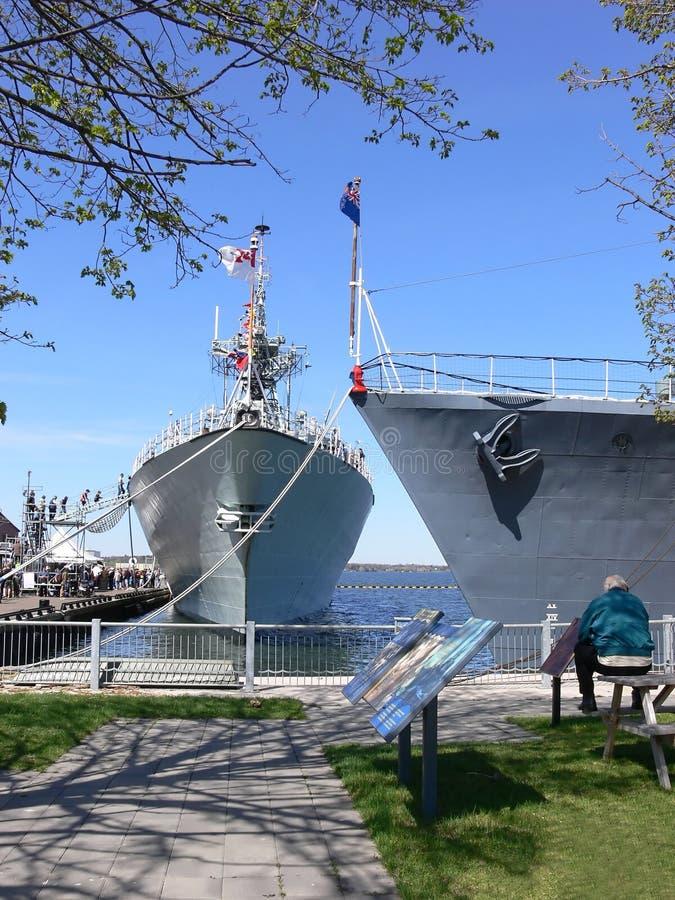Zwei Kriegsschiffe    lizenzfreies stockbild