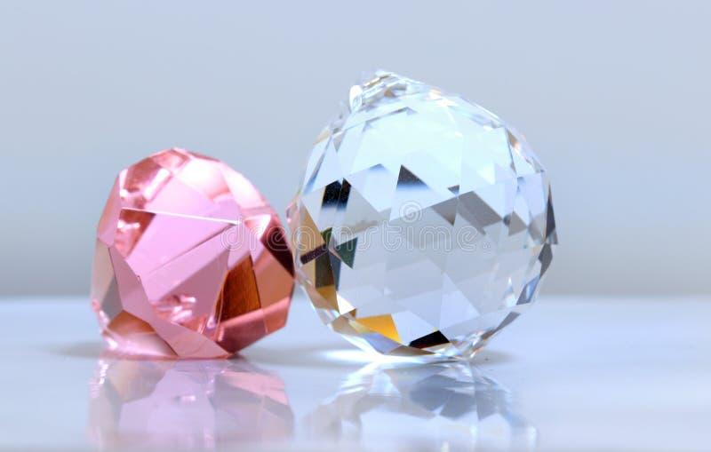 Zwei Kristalle auf weißem Hintergrund lizenzfreies stockbild