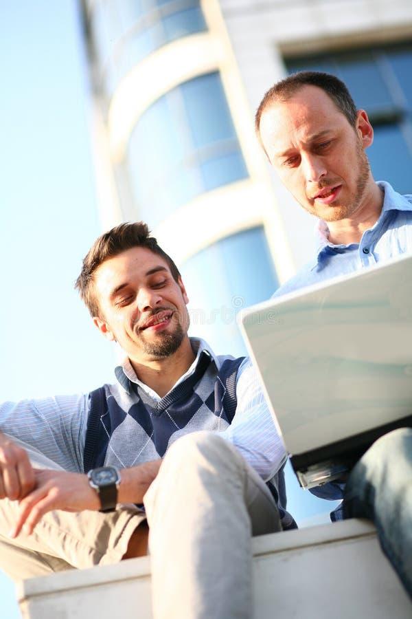 Zwei Kursteilnehmer, die an Laptop arbeiten stockfoto