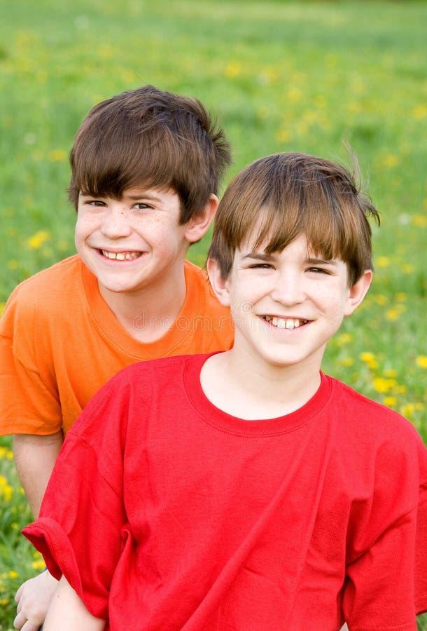 Zwei lächelnde Brüder stockfotos