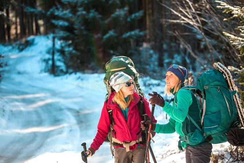 Zwei lächelnde Frauen in einer Winterwanderung stockfotos