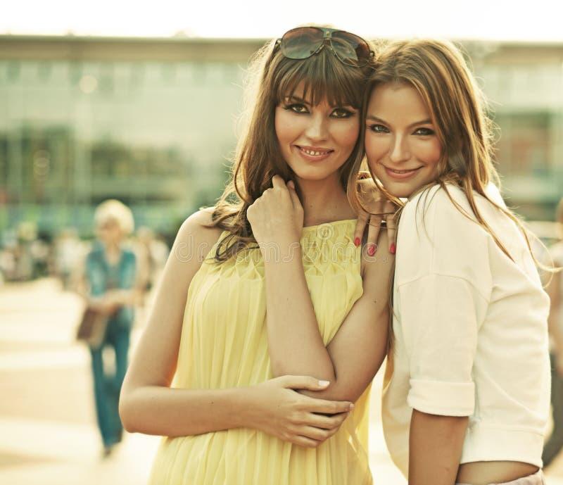 Zwei lächelnde Freundinnen mit Sommermake-up lizenzfreie stockfotografie