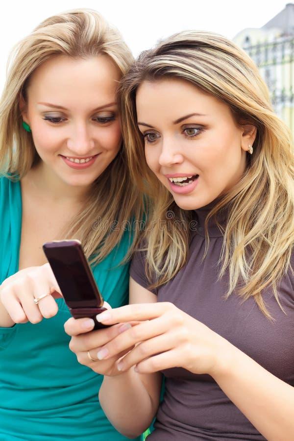 Zwei lächelnde Mädchen stockfotografie
