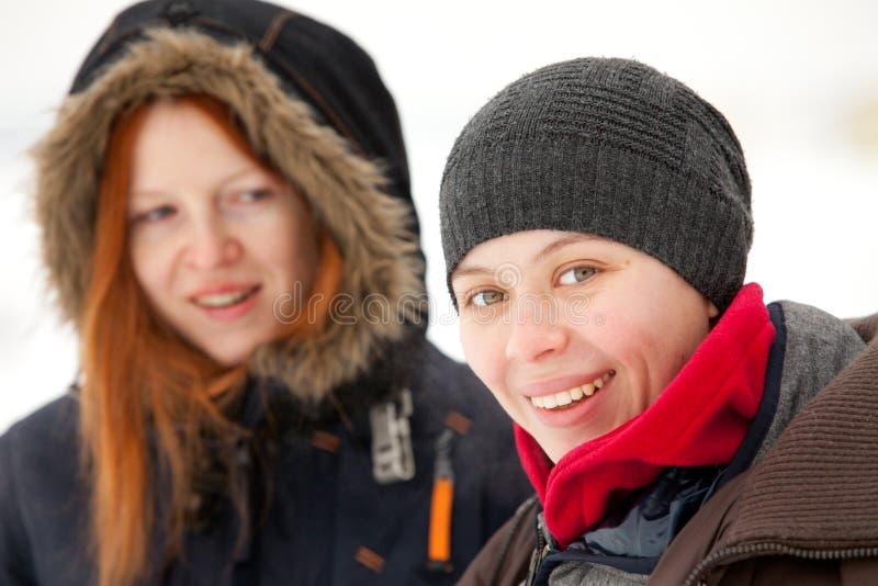 Zwei lächelnde Mädchen lizenzfreie stockfotografie