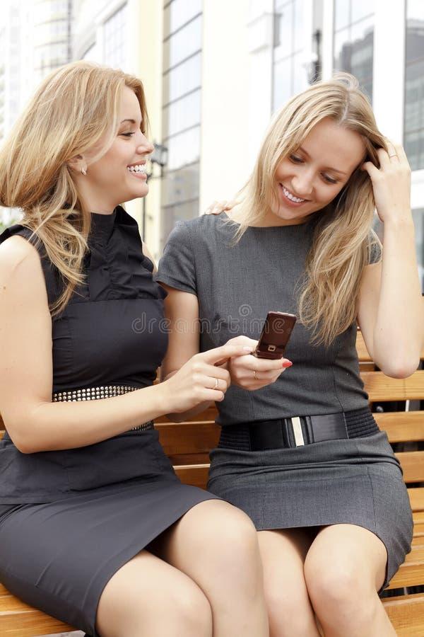 Zwei lächelnde Mädchen lizenzfreies stockfoto